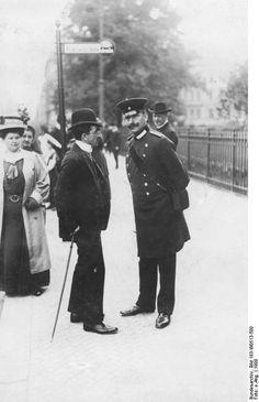 Berlin 1909 Ein Beamter der ABOAG (rechts)