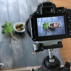 Ein Blick hinter die Kulissen in meinem super professionellen Fotostudio am Wohnzimmerfenster auf dem Boden ;) #makingof #foodphotography #nikond5500