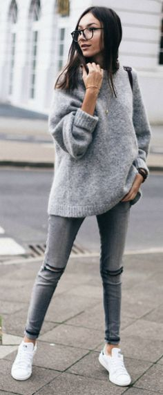 Street style | Grey wool sweater with jeans and white sneakers