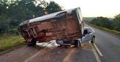 osCurve Brasil : Minivan esmaga parte de carro em acidente em Rondô...