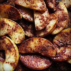 """Uma maçã cortada em meia-lua selada na manteiga lambuzada no óleo de coco para assar lentamente com bastante Apple pie spice uma mistura que leva:   - Canela em pó (3 colheres de sopa) - Nos moscada em pó (2 colheres de chá) - Cardamomo em pó (1 colher de chá) - Pimenta da Jamaica (1 colher de chá)  (Misture tudo e guarde em um potinho de vidro).   Lembrando que só usei """"um pouco"""" não a receita inteira.  #applepiespicedjulye #vontadededoce # #15diassemaçúcar #15diassemacucar #tpmmodeon"""