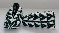 Pour se mettre dans l'ambiance du temps des Fêtes, pourquoi ne pas tricoter une paire de pantoufles de circonstance ? Des pantoufles petits sapins ! Je les ai faites en Phentex mais n'importe quel ...