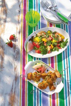 Mansikka-halloumisalaatti | K-ruoka  Juuston suolaisuus ja mansikoiden makeus täydentävät toisiaan kauniissa mansikka-halloumisalaatissa. #grillaus