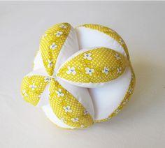 Balle de préhension Montessori, balle d'éveil en tissu fleuri jaune : Jeux, peluches, doudous par lelouppointu