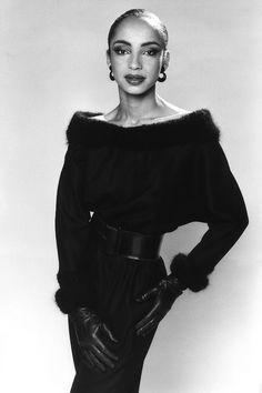 Singer Sade Style Photos Zara Rapper Designer Muse Even after all these years. Sade Adu, Marvin Gaye, Vanity Fair, The Best Of Sade, Zara Designer, Vintage Black Glamour, Diamond Life, Female Singers, Soul Singers