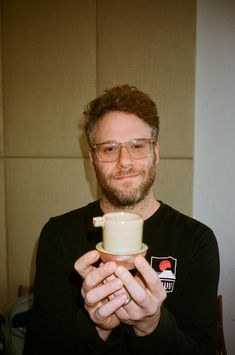 Pottery Head: Seth Rogen Is Hooked On Ceramics Gq Mens Style, Gq Style, Gq Magazine Covers, Pretty People, Beautiful People, Film Review, Smoking Weed, Having A Crush, Celebs