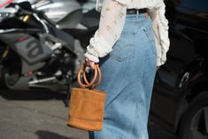 When treated properly with these cleaning and care tips, your leather bag can last a long time. Learn how to clean leather bag at home with the simple steps Autumn Street Style, Street Style Looks, Power Dressing, Ethical Fashion, High Fashion, Style Fashion, Badass Style, Zara, Overall