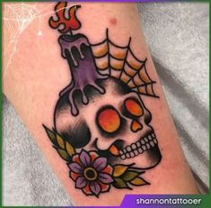 Beste Tattoo Old School Schädel Kunst Tinte 60 Ideen - Tattoo - Traditional Tattoo Halloween, Traditional Tattoo Skull, Traditional Tattoo Candle, Spooky Tattoos, Skull Tattoos, Cool Tattoos, Horror Tattoos, Tattoo Costillas, Tatuagem Old Scholl
