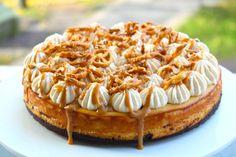 Här är den, cheesecakens BOSS! Haha! Den här bakade cheesecaken måste ni testa! Sjukt god! Perfekt kladdig chokladbotten och härligt krämig cheesecake med smak av salty caramel. Den här kommer... Sweet Recipes, Cake Recipes, Dessert Recipes, Grandma Cookies, Cookie Cake Pie, Salted Caramel Cheesecake, No Bake Desserts, No Bake Cake, Sweet Tooth
