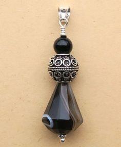 Pendentif en Onyx (Agate) réalisé avec une bélière mobile en Argent 925. L'Onyx a une forme de goutte facettée. Sa couleur est noire unie rubanée de marron, blanc avec des zones  translucides. Il est surmonté d'une perle d'Argent superbement travaillée et d'une perle d'Onyx noir uni. Agate, Creations, Drop Earrings, Boutique, Jewelry, Fashion, Gout, Pendant, Shape