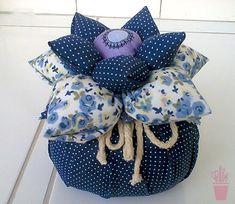 Peso de porta flor de fuxico Fabric Crafts, Sewing Crafts, Sewing Projects, Projects To Try, Doorstop Pattern, Diy And Crafts, Arts And Crafts, Lavender Bags, Miniature Crafts
