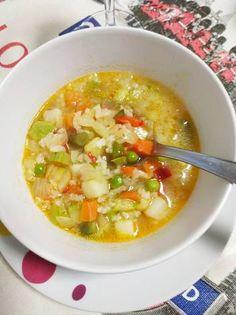 Sopa de ensaladilla de verduras con arroz y algo más Deli, Thai Red Curry, Soup, Ethnic Recipes, Tortilla Soup, Vegetable Salads, Food Cakes, Healthy Vegetable Soups, Beverages
