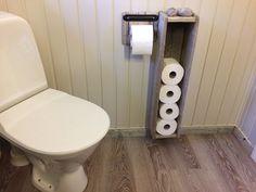 Tilpasset gulvlist i drivved. Floor Molding, Moldings, Bathroom Toilets, Driftwood, Toilet Paper, Flooring, Hardwood Floor, Drift Wood, Paving Stones