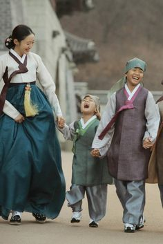 Korean Traditional Dress, Traditional Dresses, Korean Dress, Korean Outfits, Asian Fashion, New Fashion, Modern Hanbok, Dress Anak, Korean Men