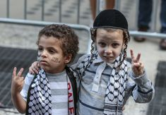 This picture of two boys called Harsh and Aymen has gone viral. But it doesn't actually say anything about hope for the Middle East.