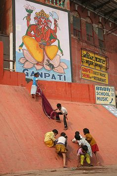 Climbing up to Ganesh. Varanasi Using a blanket as a rope to help climbing. Namaste, Places To Travel, Places To Go, Street Photography, Travel Photography, India For Kids, India Street, India Architecture, Asia