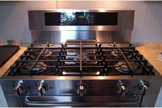 Stainless steel products look beautiful in a kitchen. In order to maintain the look of these appliances, you need a good stainless steel stove top cleaner. Cleaning Grease, Deep Cleaning Tips, House Cleaning Tips, Spring Cleaning, Cleaning Hacks, Cleaning Products, Kitchen Cleaning, Car Cleaning, Cleaning Solutions