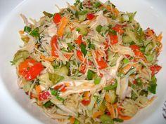 Tavuk göğsünü haşlayın, haşlarken sirke ve kara biber taneleri atarsanız tavuğun kokusu gider. Haşlanan tavuğu küçük küçük tiftin bir tabağa alın. Marulu doğrayıp tabağa ekleyin. Bir su bardağı mısır ve bir bardak kadar süzme yoğurt ve iki yemek kaşığı kadar mayonezi birazda tuzu tabağa ekleyip karıştırın. İsteğe göre malzemeleri arttırabilir azaltabilirsiniz. Afiyet olsun.