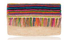 Cartera de rafia elaborada con hilos de colores y detalle de flecos en la solapa, de Sensi Studio.