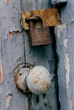 66 Ideas For Rustic Door Handles Peeling Paint Old Door Knobs, Door Knobs And Knockers, Knobs And Handles, Door Handles, Old Doors, Windows And Doors, Old Keys, Peeling Paint, Rustic Doors