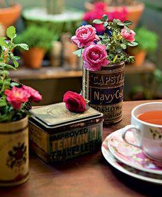 Latas de chá transformam-se em caprichados vasos para usar dentro de casa. Faça dois ou três furinhos no fundo de cada uma delas, acrescente camadas de argila expandida, manta geotêxtil e terra adubada e plante ervas ou temperos. Ideia da paisagista Claud