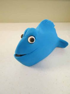 How to make a Finding Dory cake topper • CakeJournal.com Fondant Cake Toppers, Fondant Cakes, Dory Cake, Black Fondant, Foundant, Edible Glue, Cut Out Shapes, Tutorials