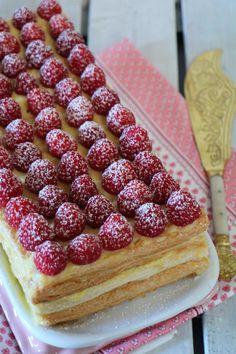 Tarta milhojas de hojaldre con crema pastelera y frambuesas