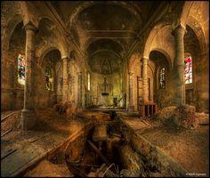 Abandoned Belgium church from 13th century.  Absolutely beautiful! //(ik dacht dat deze (als het dezelfde is) helaas niet meer te doen is..)
