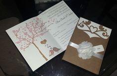 Convite - Passarinhos    Envelope feito em papel Kraft, 220gr, fita de cetim e flor em tecido.  Interno e tag em papel Opaline, 180gr.  Acompanha tag com nome dos convidados impressos.    *Acompanham 2 convitinhos individuais para pedidos a partir de 100 convites