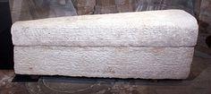 Sarcophage de la reine Arégonde en pierre.