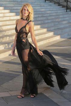 Pura sensualidad Rosie Huntington-Whiteley con un vestido largo en negro con transparencias en el desfile de Alta Costura de Versace.