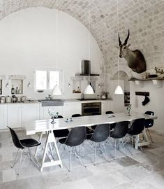 I could greatly enjoy this kitchen.... imagine the dinner parties!  All of my friends want to gather in the kitchen while I cook anyway....