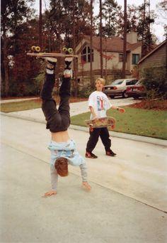 Na zoveel keer dat Olly en Maddy elkaar zagen deed Olly handstand. Olly heeft het Maddy d… Good Vibe, My Vibe, Fotografia Retro, Jamel Shabazz, Skater Boys, Skate Style, Skate Surf, Longboarding, Retro Aesthetic