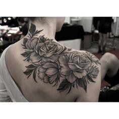 Rosa sombreada no ombro tattoo
