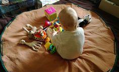 Les bonnes idées, ça se recycle aussi! C'est pourquoi je reprends aujourd'hui une création de belle-maman, qui avait à l'époque imaginé un tapis de jeu qui se transformerait en sac à jouets une fois replié. Bien pratique pour ramasser en un clin d'oeil...