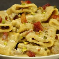 Paccheri with burrata cream and pistachios with crispy bacon - A mouth-watering first course also suitable for big occasions. Burrata, pistachios and crispy bacon - Pasta Recipes, Cooking Recipes, Healthy Recipes, Scones Ingredients, Gula, Dinner Menu, Italian Recipes, Love Food, Macaroni And Cheese