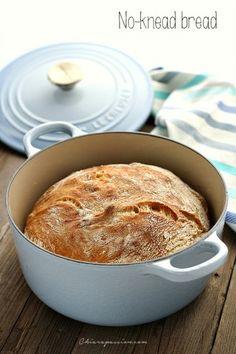 Il Pane senza impasto o no-knead bread è una ricetta magica perché con piccoli gesti e senza alcuna difficoltà ci permette di avere in casa un pane buono come quello cotto nel forno a legna. Non fatevi spaventare dai lunghi tempi di lievitazione perché dopo aver fatto l'impasto in 1' minuto, lo cop