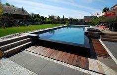 Piscine à débordement design avec bordure noire et terrasse en bois© L'Esprit Piscine