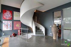 4 grote kaders op muur achter de trap