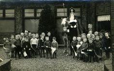 Loppersum: Sinterklaas en Zwarte Piet bezoeken in de Nutskleuterschool in het 'Ons Dorpshuis' 1942