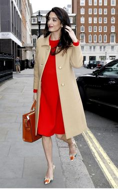 Pregnant Amal Clooney prepares to give war crime speech in London Amal Clooney looked every inch the glowing mother-to-be on Wednesday, as she arrived at Chatham House in London to give a speech on war crimes in Syria and Iraq. High Street Fashion, Street Style, Amal Clooney, Curvy Fashion, Girl Fashion, Fashion Outfits, Pregnant Celebrities, Estilo Real, Pregnancy Looks