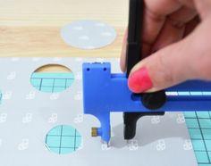 Cúter para cortar círculos desde los 0,5cm de radio hasta los 7,5cm. Funciona como si fuera un compás pero en vez de pintar corta!