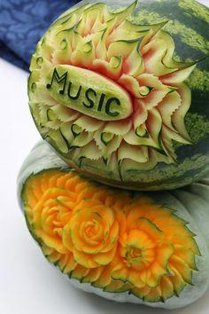 Music... Look at those details! More here: http://twistedredladybug.blogspot.de/2013/10/art-everywhere-even-in-fruits.html
