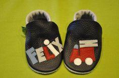 Krabbelpuschen für Felix mit Feuerwehr , Geschenk zur Geburt oder Taufe , Lederpuschen