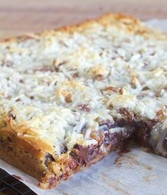 Hello Dolly Bars - These scrumptious bars have a buttery graham cracker crust topped with layers of chocolate chips, pecans, coconut and sweetened condenses milk and they only take 40 minutes to prepare and bake. Get the recipe over at My Country Table. Oreo Dessert, Dessert Bars, Dessert Food, Easy Desserts, Delicious Desserts, Yummy Food, Coconut Desserts, Yummy Treats, Sweet Treats