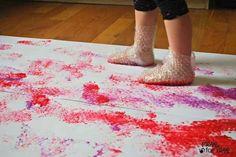 Use restos de plástico-bolha para fazer Pinturas com Pegadas. | 33 atividades baratas que manterão seus filhos ocupados por muito tempo