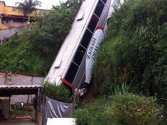 CONEXÃO BOMBEIRO : Ônibus cai em ribanceira e deixa feridos em Juiz d...