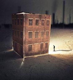 """""""Imaginary Towns"""", une jolie série du photographe italien Francesco Romoli, qui utilise ses propres photographies pour réaliser des villes miniatures de cartons avec un joli travail sur les ombres et les lumières, qu'il peuple ensuite numériquement d'âmes solitaires…"""