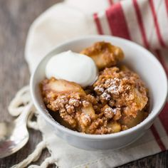 Old fashioned apple crisp: so comforting! This easy recipe has tons of softly spiced apples and a crunchy, buttery crumble topping. It's the best! Quick Apple Crisp, Apple Crisp With Oatmeal, Paleo Apple Crisp, Homemade Apple Crisp, Apple Crisp Without Oats, Caramel Apple Crisp, Gluten Free Apple Crisp, Apple Crisp Recipes, Caramel Apples