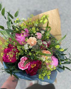 "6 gilla-markeringar, 1 kommentarer - 𝙼𝚊𝚍𝚎𝚕𝚎𝚗𝚎 • 𝙱𝚕𝚘𝚖𝚝𝚒𝚗𝚍 (@blomtind) på Instagram: ""Ibland står jag på en parkering och binder en bukett. 🥰👋🏼"" Floral Wreath, Wreaths, Flowers, Instagram, Decor, Board, Roses, Floral Crown, Decoration"